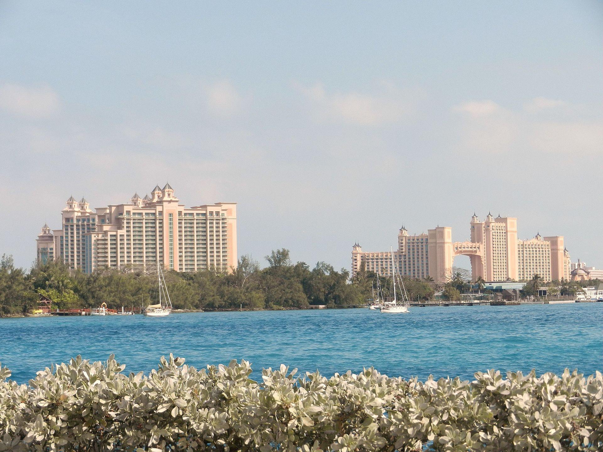 Atlantis_Hotel_in_Nassau,_Bahamas_in_January_2012_-_panoramio