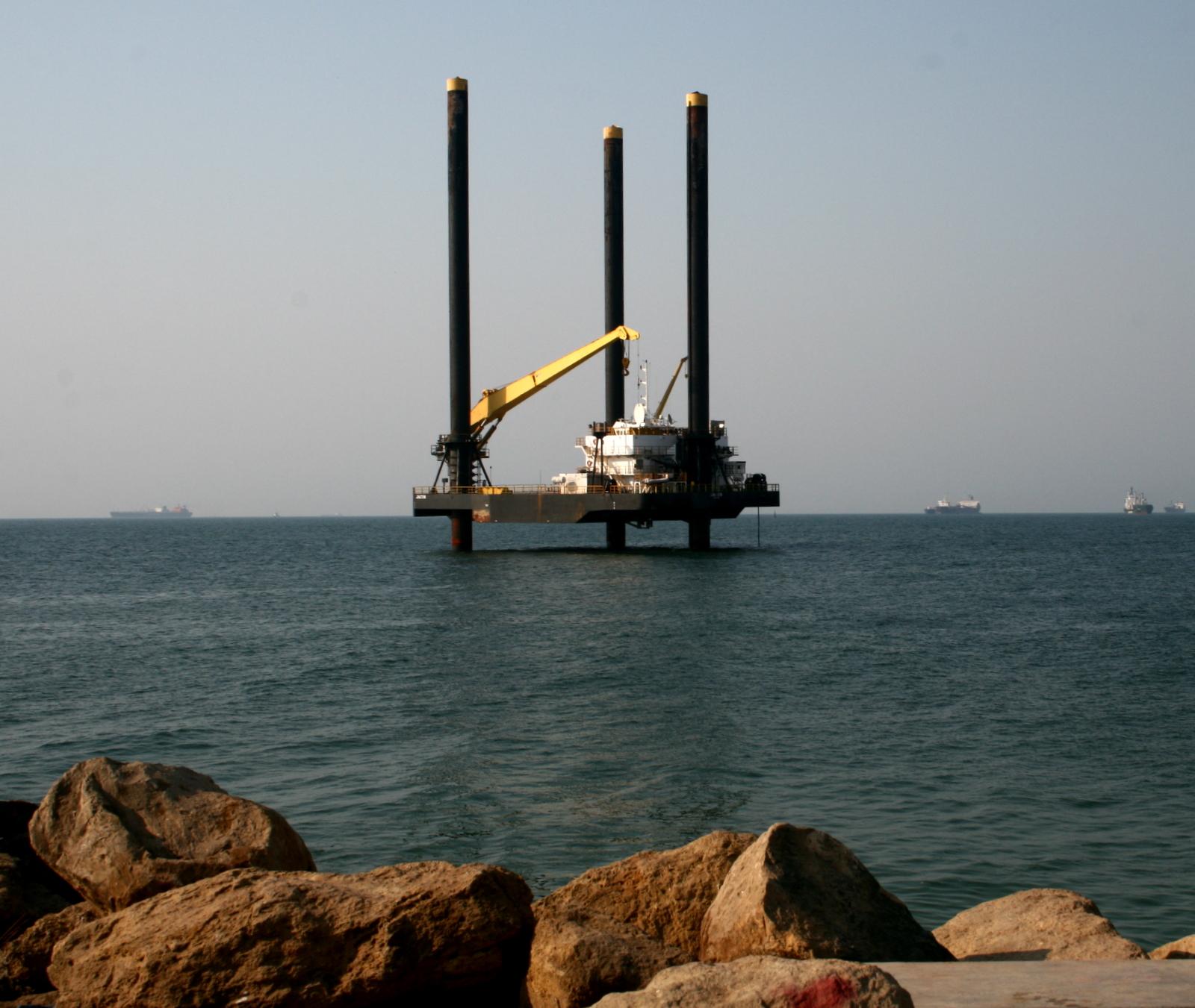 Offshore_platform_on_move_to_final_destination,_Ilha_de_Luanda